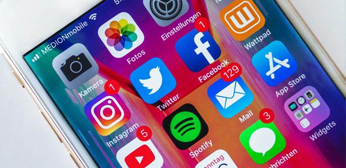 Iphone som visar ikoner för sociala medier