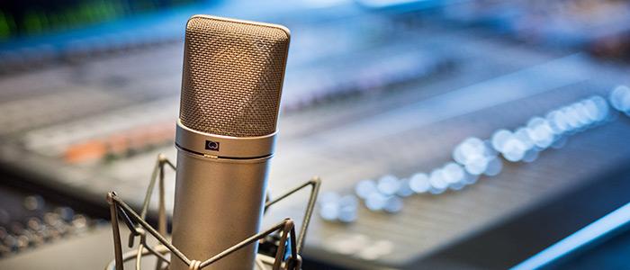 Mikrofon vid mixerbord, närbild